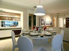 O buffet da sala de jantar � iluminado e tem um espelho. O pendente sobre a mesa valoriza o local. De Daniella e Pricilla de Barros  Foto: Martin Szmick/Divulga��o