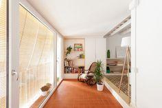 07-estantes-e-cortinas-substituem-paredes-divisorias-neste-apartamento