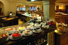 Wir starten mit einem reichhaltigen Frühstücksbuffet in den Tag :) Table Settings, Table Top Decorations, Place Settings, Dinner Table Settings, Table Arrangements