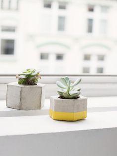 Tutoriales DIY: Cómo hacer una maceta hexagonal de cemento vía DaWanda.com Cement Crafts, Green Gifts, Diy Tutorial, Etsy, Concrete, Diy And Crafts, Planter Pots, Diy Projects, House Design