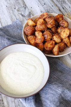 Krydrede Ovnbagte Kartofler Med Sesam - Kartofler Med Dip Cooking Recipes, Healthy Recipes, Healthy Foods, Creme Fraiche, Pretzel Bites, Tapas, Almond, Grilling, Dip