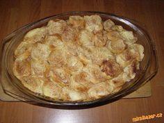 Skleněnou mísu nebo pekáč vymazat máslem. V mléce rozkvrdlat 2 vejce a nakrájené rohlíky ve směsi zl...