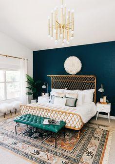 Контрастные стена и кушетка в сочетании с узорчатым ковром придают этой спальне марокканский стиль