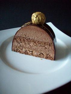 Inspirée par la recette du royal de JMPâtissier Bûche de 35cm (10-12 personnes) Génoise au chocolat Ingrédients : 2 oeufs 50 g de farine 50 g de sucre 50 g de chocolat noir 10 g de beurre Préparation : Préchauffez votre four à 180°c Au bain marie, faites...