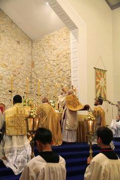 CATHOLICVS: Reportaje fotográfico de la Ordenación Sacerdotal tradicional, Santa Misa Tridentina Pontifical y Primera Misa solemne del misacantano en Christchurch (Nueva Zelanda)
