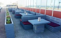 this idea borrowed from pallet furniture UK is also a tremendous wood pallet achievement. This is made for purely commercial purposes, and the good thing is that it has played a great role in the completion of this place with its pretty loud and impressive appearance.