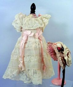 Belle robe ancienne de Bébé JUMEAU en coton blanc et dentelle et faveurs rose…