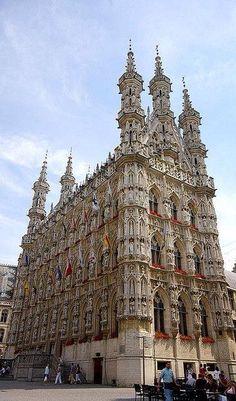 Por amor al Arte. Ayuntamiento de Lovaina, en Bélgica (exterior y detalle). Gótico tardío y ornamental del siglo XV.