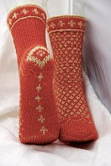 For extra warmth in winter, these socks are not only in two-colour colourwork at the front, but are also knitted double at heel flap, sole and toe. The back of the leg is worked in rib for a good fit. Crochet Socks, Knitted Slippers, Wool Socks, Slipper Socks, Knit Or Crochet, Knitting Socks, Hand Knitting, Knitted Hats, Knitting Patterns