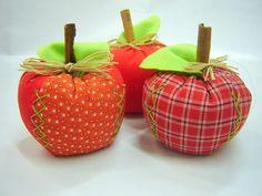 Maçã em patchwork.  Nossas fotos são uma amostra do modelo dos produtos. (Todas as frutas irão nas suas cores características, mas a estampa dos tecidos depende da disponibilidade de nosso fornecedor.) R$6,90 Fall Crafts, Home Crafts, Sewing Projects For Beginners, Projects To Try, Disney Diy Crafts, Felt Fruit, Apple Theme, Sewing Pillows, Holidays And Events