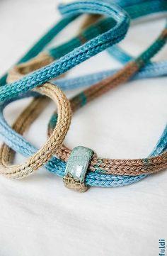 Gestrickte Halskette, Schmuck, Halskette mit blauen Keramische Perlen Ombre braun blaue Farbe gestrickt BEREIT, SCHIFF Stilvolle gestrickte Modeschmuck: nur eine Schleife um den Hals oder zweimal und diese bunte Halskette mit den blau-braun glasierte Perlen bereit ist, ziehen Sie die Aufmerksamkeit! Idealer Schmuck für diejenigen, die allergisch auf Metall oder Wolle. Handgefertigter gestrickter Schmuck entworfen und von mir gemacht. Garn: 100 % Baumwolle Farbe: blau, braun Umfang: 100cm ...