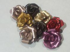 Small flowers, roses, each with a Nespresso capsule // Flores pequeñas, rosas, cada una con una cápsula Nespresso
