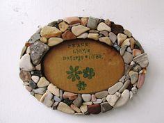 Diese schönen Rahmen ist aus Felsen vor der Küste von Südkalifornien handverlesen gefertigt. Teilen Sie einem geliebten Foto Ihrer Familie oder Freunden in dieser schönen Rahmen.  Maße: 5.5 x 7 total, passt ein Bild 4 x 6