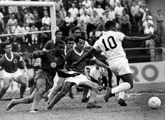 O goleiro Dimas e quatro jogadores do Guarani observam Pelé aproximar-se do gol. Na foto aparecem o lateral Diogo (à esquerda), o zagueiro Paulo Davoli (logo atrás do goleiro) e o atacante Toninho Guerreiro, do Santos (atrás de Paulo Davoli). Nesse ano, o Santos ficou apenas como quarto colocado no campeonato estadual. Campinas, 01/01/1971. Foto: AE