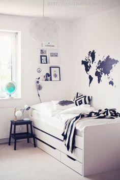 Superschönes schlichtes Jungenzimmer... und die Weltkarte als Wandtattoo ist einfach stark!