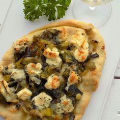 Pizza med karamelliserad lök & ädelost! Får vi lov att bjuda på en underbart god pizza som är utmärkt att äta i bitar som drinktilltugg till ett glas kallt vitt vin? Den är även toppen att servera som tillbehör till något grillat eller till den som önskar äta vegetariskt! Finns under Krabba tipsar i vår webshop!  Lovely pizza with caramelized onion and blue cheese! @krabbaochkrill #krabbaochkrill #pizza #krabbatipsar #bakat #hemlagat #drinktilltugg #kök #köket #äntligenhelg #lantliv #lantlig…