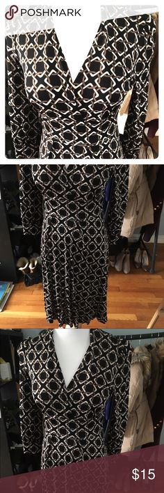 Banana republic small chain link dress Amazing dress! Banana republic size small, black background with chain link print. Very light weight material. Banded at the waist with deep V neck for an extremely figure flattering look. 3/4 sleeve. Barely worn, excellent condition. Smoke free/pet free home. Banana Republic Dresses