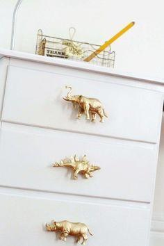 Peindre au spray doré des animaux jouets en plastique et s'en servir comme poignet de porte.