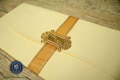 Um jeito fácil de personalizar o seu convite de casamento. Lacre de convite de metal banhado a ouro.  Contato - oficinadoio@gmail.com | www.oficinadoio.com.br