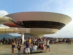 Palcos montados em dez pontos da cidade de Niterói, como o Campo de São Bento, a Praia de Icaraí e o MAC, recebem o Festival de Música de Rua de Niterói, entre os dias 28 e 30