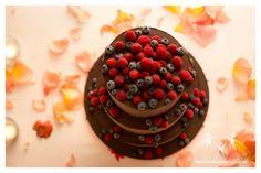Hochzeitstorte Raspberry, Fruit, Cake, Desserts, Food, Wedding Photography, Wedding Cake, Getting Married, Tailgate Desserts