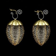 Earrings | Susan Cross, Scotland.  Crocheted platinum wire and gold. 1988.