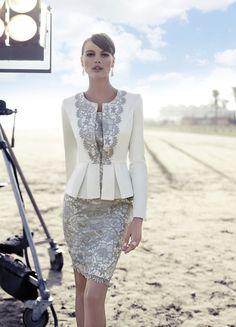 Vestido corto de encaje combinado en blanco y gris por Carla Ruiz