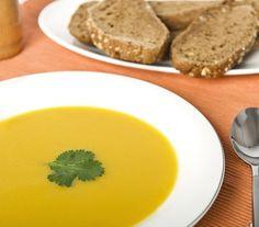 Pompoensoep | Deze goudgele soep is kruidig, verwarmend en supersnel gemaakt.  #recept #soep #vegetarisch #flexitarier
