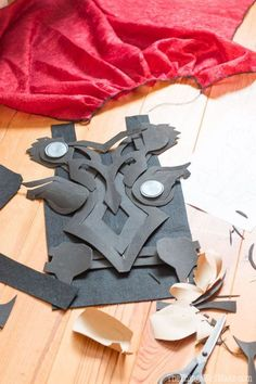 how to make a Thor costumer with a bit of hot glue, craft foam, felt, and paint. This DIY Thor costu Thor Cosplay, Costume Thor, Costumes Avengers, Female Thor Costume, Thor Halloween Costume, Thor Ragnarok Costume, Cosplay Diy, Halloween Kostüm, Female Superhero Costumes Diy