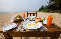 Good Morning, Happy Breakfast on the Beach Breakfast On The Beach, Hotel Breakfast, Huevos Fritos, Fruity Drinks, Beach Hotels, Everyday Food, Recipe Of The Day, Food Photo, Bon Appetit