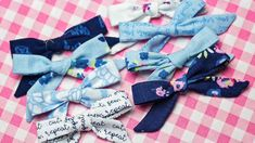 hair bows Do you want to learn how to make girl's hairbows? This quick and easy girl's bow tutorial will have you making bows in no time! With this easy fabric tutorial, you'll never need to Fabric Bow Tutorial, Hair Bow Tutorial, Baby Headband Tutorial, Diy Baby Headbands, Flower Tutorial, Fabric Hair Bows, Diy Hair Bows, Fabric Bow Headband, Handmade Hair Bows
