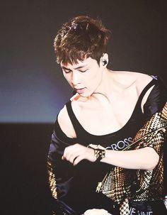 Lay (Yixing) of EXO. LOOK AT THOSE COLLAR BONES!!!!!!!!! 8O *dead*