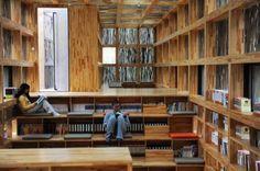 El interior de la Biblioteca LiYuan, de 175 metros cuadrados, es espacialmente variado utilizando pasos y pequeños cambios de nivel para crear lugares distintos.  Los palos de madera atemperan la luz brillante y se extienden de manera uniforme en todo el espacio para dar un ambiente de lectura perfecto.  La biblioteca no tiene suministro de electricidad y cierra al anochecer.
