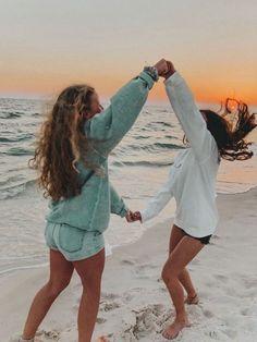 24 fun and creative best friend photoshoot ideas 00006 Best Friends Shoot, Best Friend Poses, Cute Friends, Photoshoot Ideas For Best Friends, Summer Photoshoot Ideas, Friend Beach Poses, Photoshoot Beach, Beach Friends, Cute Beach Pictures