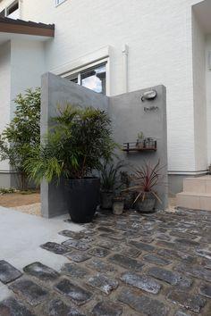 新年6日から営業しています。 今年も新築、家具、店舗、ガーデン共により良いデザインをご提供出来る様 スタッフ一同邁進してまいりますので宜しくお願いしま... Dry Garden, Home And Garden, Gate Post, Boundary Walls, Garden Entrance, Backyard, Patio, Japanese House, Architecture Details