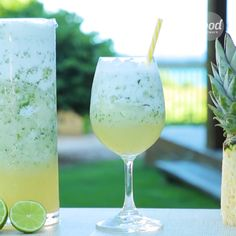 Conheça a receita de Frozen Daiquiri do Food Network Drink Bar, Bar Drinks, Yummy Drinks, Beverages, Food And Drink, Cocktails, Cocktail Drinks, Drinks Alcohol Recipes, Alcoholic Drinks