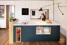 Confira nossa seleção com 100 fotos de cozinhas com ilhas centrais para servir de inspiração no seu projeto