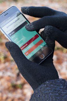 In de winter heb je nooit meer koude vingers met de Touchscreen handschoenen van Iggi. Deze handschoenen hebben vingertoppen met een speciale ingeweven stof, zodat je gewoon je smartphone kunt bedienen met handschoenen aan. Nooit meer een appje beantwoorden met ijsklompjes, maar met heerlijk warme vingers. Je koopt de handschoenen voor smartphones online bij Ditverzinjeniet.nl.