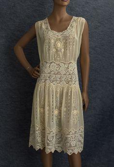 http://www.vintagetextile.com/images/1920%27s/7290.jpg 20s Fashion, Art Deco Fashion, Fashion History, Style Année 20, Tea Gown, Flapper Style, 1920s Flapper, 1920s Outfits, 1920s Dress