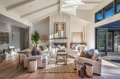 gemütliches Wohnzimmer in Pastelltönen, natürliche Materialien und Stoffe sorgen für höchsten Komfort