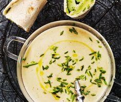 Champinjonsoppa och tunnbrödsrullar är en enkel måltid med fräscha smaker. Denna matiga soppa innehåller både potatis och champinjoner där krämigheten kommer från grädden. Till detta serveras en tunnbrödrulle där pepparrotsost, gurka, avokado och gräslök står för smakerna. Var så goda!