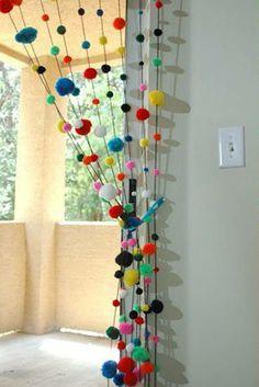 Divertida e fofa cortina de pompons. com 10 fios  de 1,90cm. -Pode se fazer em cores únicas, degradé, ou em tons pastéis para quarto infantil, veja mostruário de cores na página, especificando. R$ 70,00