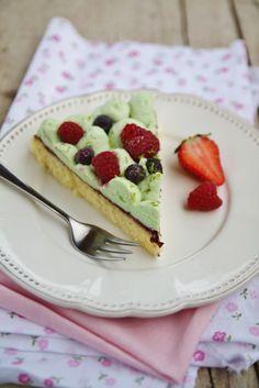 Torta morbida al limone con mousse di cioccolato bianco, pistacchi e frutti di bosco