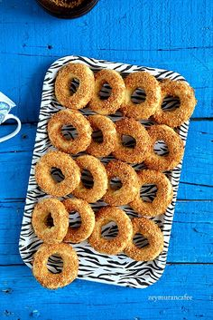 Salted sesame cookies recipe with donut, scattered in the mouth like a bagel, chopped … Pastry Recipes, Cookie Recipes, Recipe For Sesame Cookies, Pastry Shop, Yummy Cookies, Diy Food, Donuts, Pineapple, Dinner Recipes