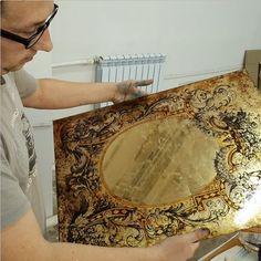 Само слово «эгломизе» произошло от фамилии француза Жана Батиста Гломи (Jan Baptiste Glomi), рисовальщика и изготовителя рам. Первоначально как «гломизе», его использовали парижские антиквары второй половины XVIII столетия. Считалось, что мсье Гломи первым использовал особую технику живописи на стекле, с применением золотой и серебряной фольги для изготовления нарядных стеклянных рам. Термин получил широкое распространение в XIX веке, и «эгломизе» стала называться и живопись на стекле…