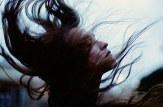 Ujutro sedite na ivici kreveta, a vaša grudi pritiska sila koja vam oduzima dah. Osećate se manje vrednom – svanulo je jutro kada ne volite osobu koja jeste.