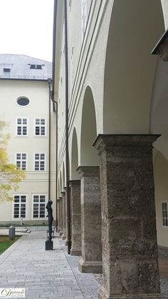Salzburg Furtwänglerpark, Arkaden des Universitätsgebäudes.