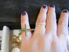 Anel de aro aberto ajustável folheado a ouro com cruz cristais verde esmeralda.    Lindo R$ 14,99
