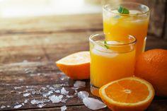 Vind je sinaasappelsap maken ook altijd net iets teveel werk? Pas na drie hele sinaasappels heb je 1 glaasje gevuld met verse jus d'orange. Wij hebben een oplossing gevonden! Je glas zal niet meteen gevuld zijn na 1 sinaasappel, maar met deze manier komt er wel meer sap uit. Hoe dan? Verwarm de sinaasappel voor …