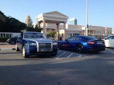 Beda dengan standar mahasiswa di negara lain di dunia, para mahasiswa American University of Dubai ke kampus dengan mengendarai mobil-mobil super. Tak hanya mobil mewah, supercar pun ikut memeriahkan pemandangan tempat parkir kampus tersebut.